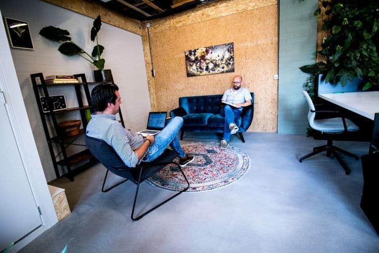 Relaxen in gezamelijke werkruimte