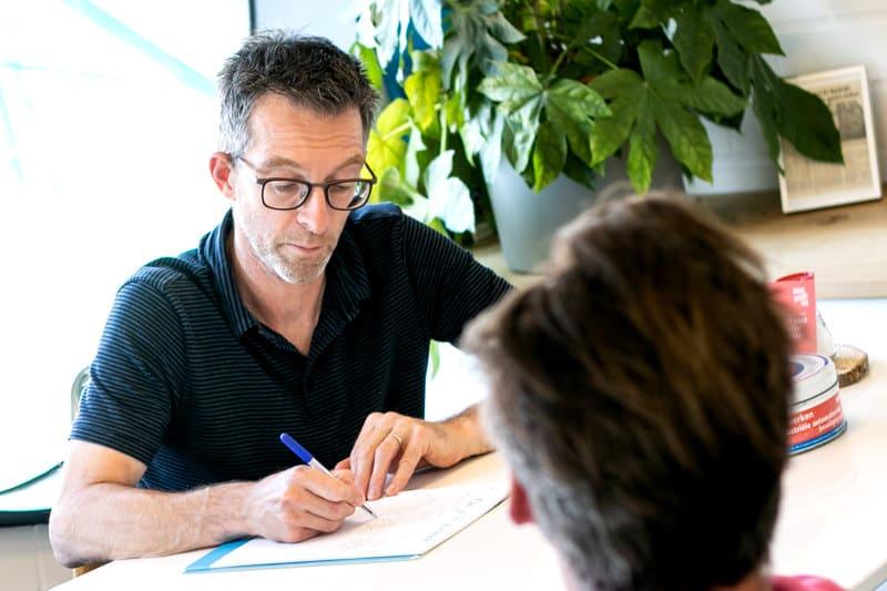Steven Boink aan vertelt aan Theo van Etten over het huren van een werkplek